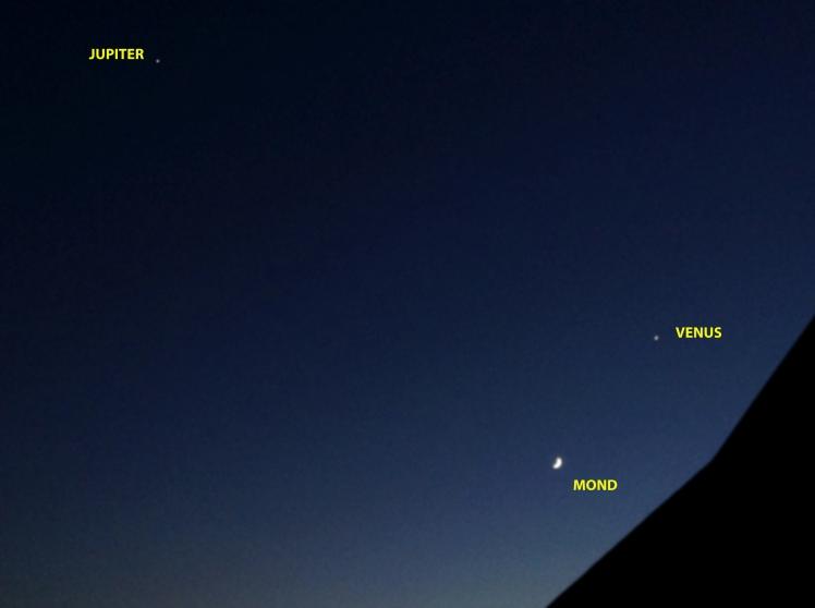 Mondsichel bei Venus gefolgt von Jupiter