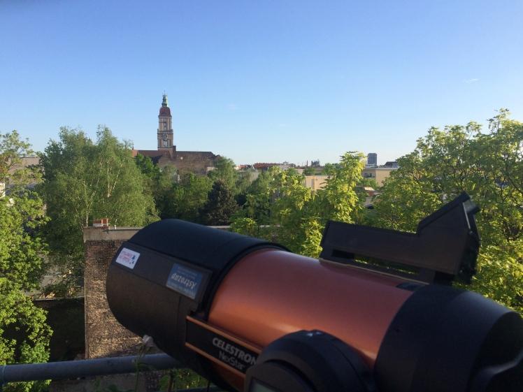 Teleskop auf Terrasse aufgebaut