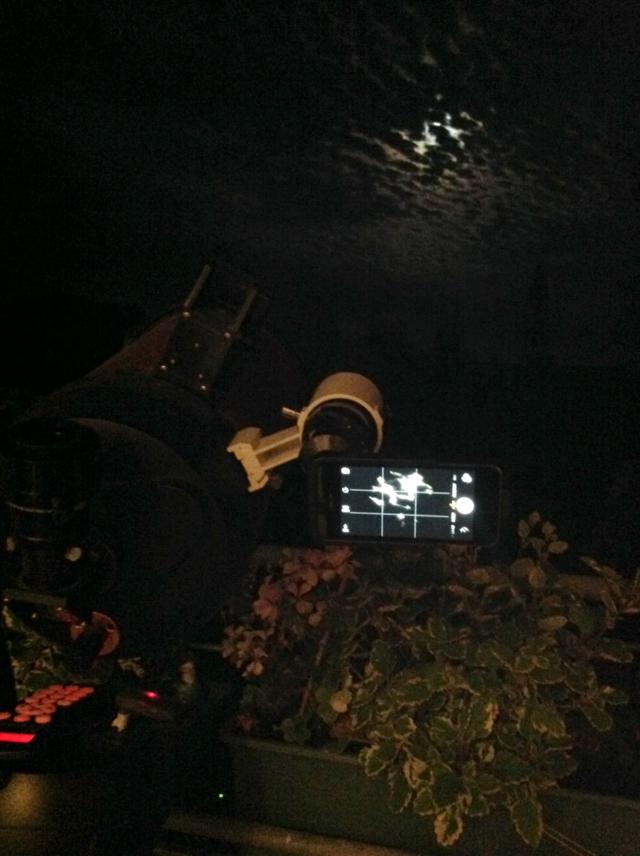 iPhone am Sucherfernrohr für Mond- und Wolkenlichtspiele