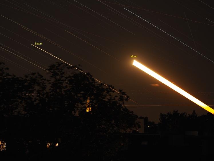 Star Trail Saturn verfolgt Mond