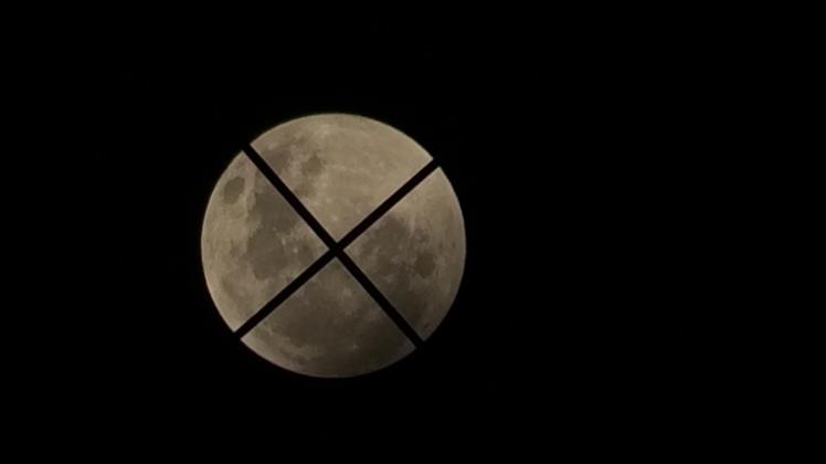 Mond 02:49 durch den Sucher