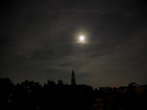 Der Mond am 24.09.15 über dem Rathaus Friedenau