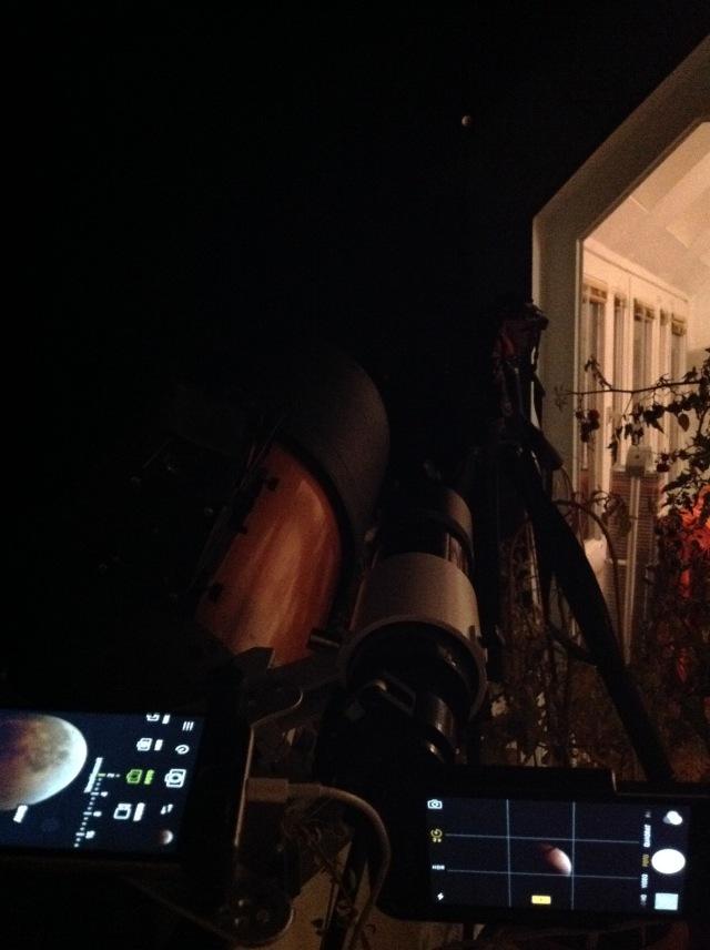 Mond nähert sich der Dachkante