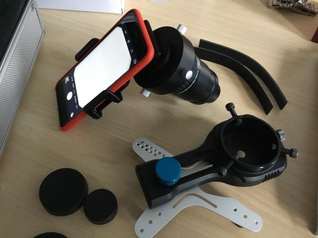 S-Optics universal Smartphone Adapter - mit T2 Fotoadapter am Okular befestigt - unten im Bild: Lens2Scope Adapter