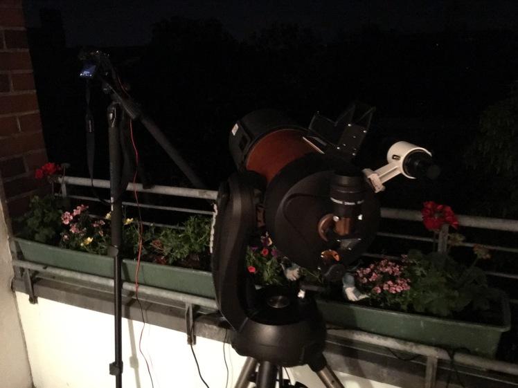 Teleskopaufbau auf der Terrasse für die Beobachtungsnacht
