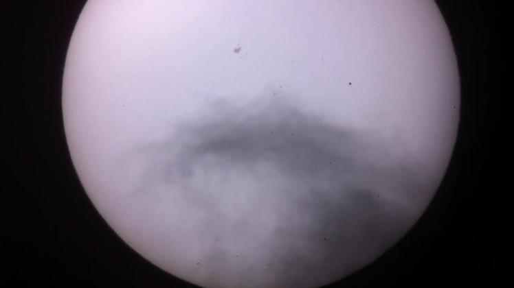 Merkurtransit Wolkenbild 1 - Merkur als Wellenreiter