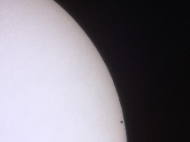 Die Merkurscheibe kurz nach dem Eintritt vor der Sonnenscheibe (13:16 Uhr)