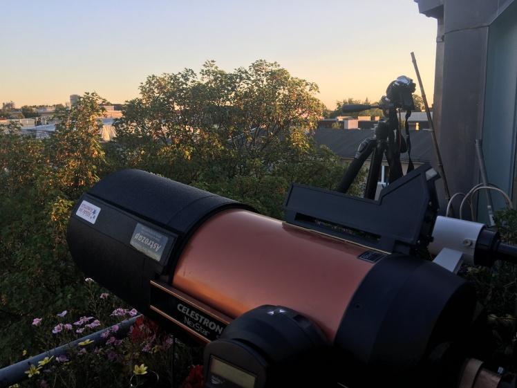 Teleskop und Fotoapparat in Wartestellung