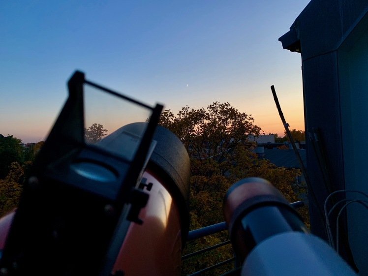 Schmale Mondsichel beim Sonnenuntergang