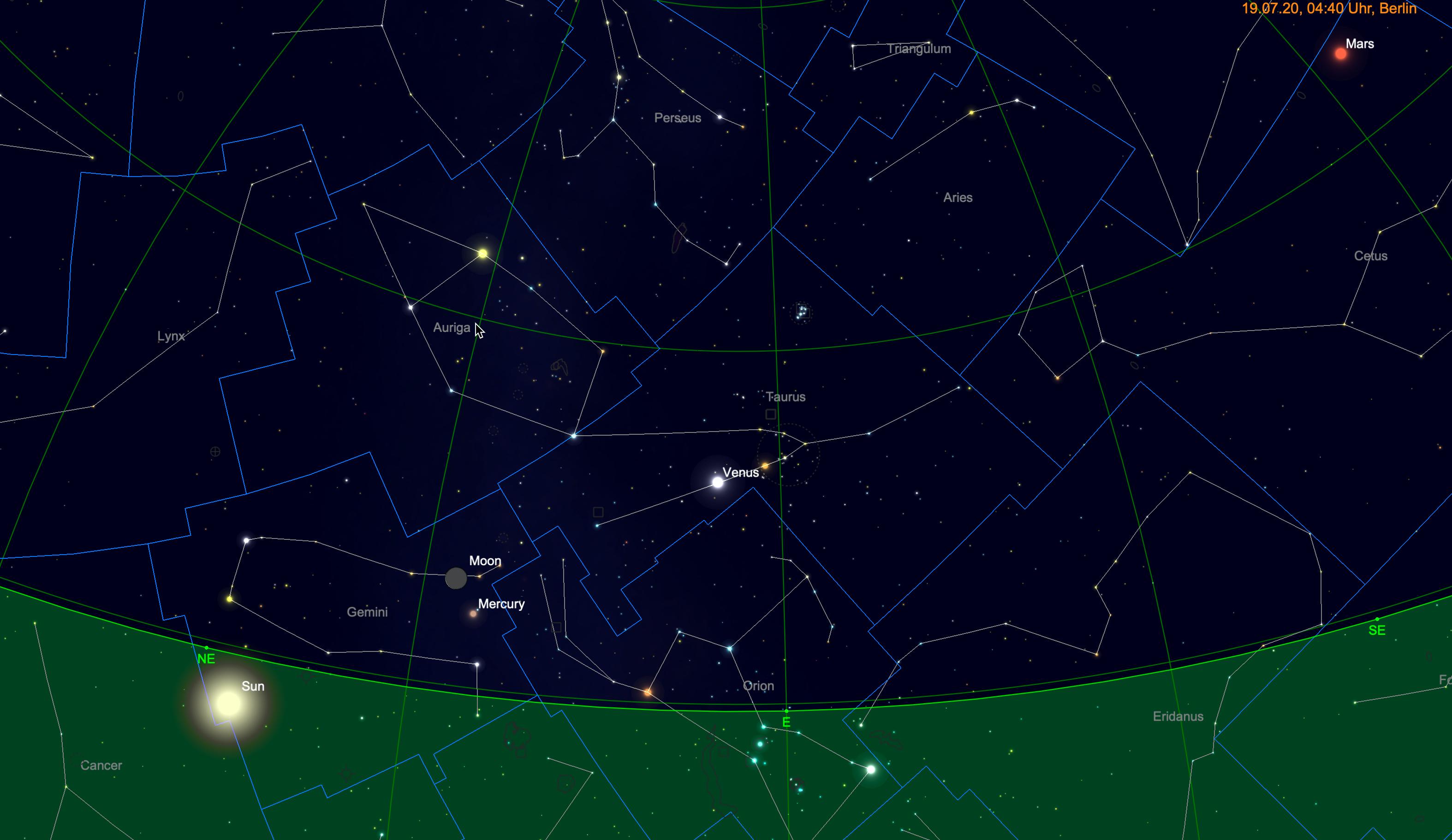 Schmale Mondsichel mit Venus und Mars in der Nähe